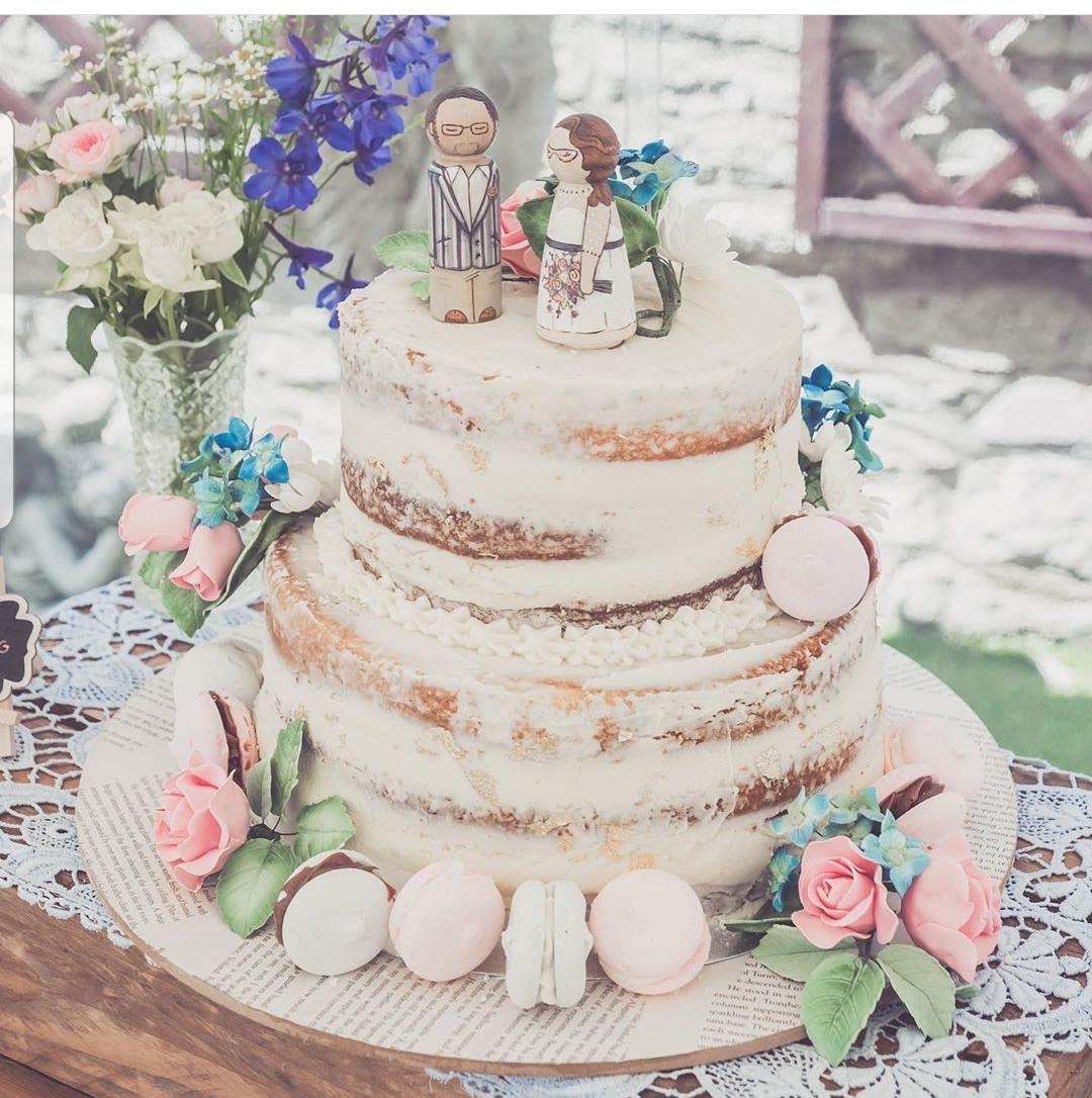 vintage wedding ideas, vintage themed wedding cake, wedding cake with maracrons, vintage wedding cake toppers